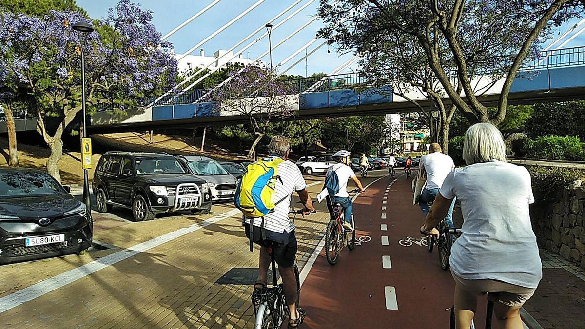 Un grupo de vecinos pasea en  bicicleta por el parque del Arroyo de La Represa. | L. O.
