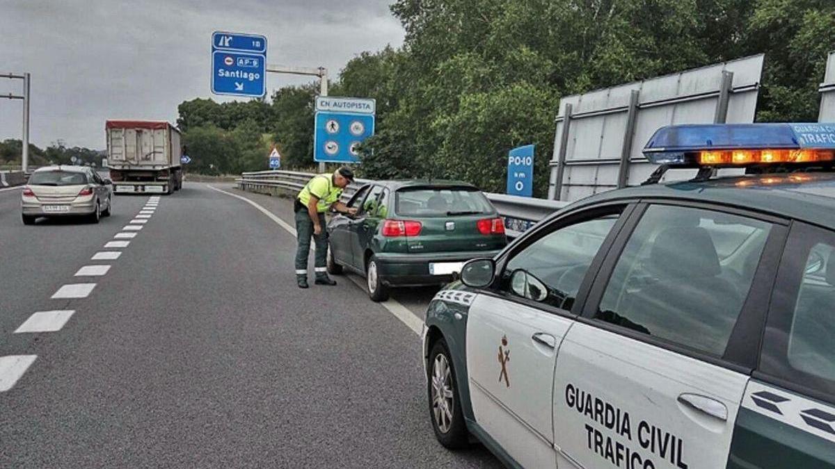 Un agente tras interceptar a un conductor de 78 años en sentido contrario.