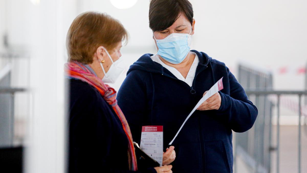 Dos señoras reciben la vacuna hoy en el reciento ferial de Ibiza.