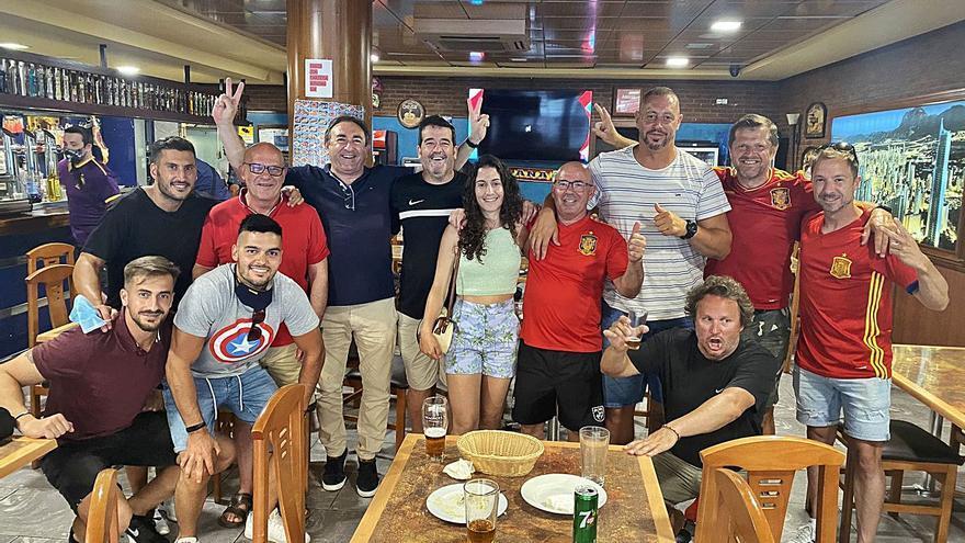 El exrojiblanco Kucharski celebra la victoria de España en Benidorm