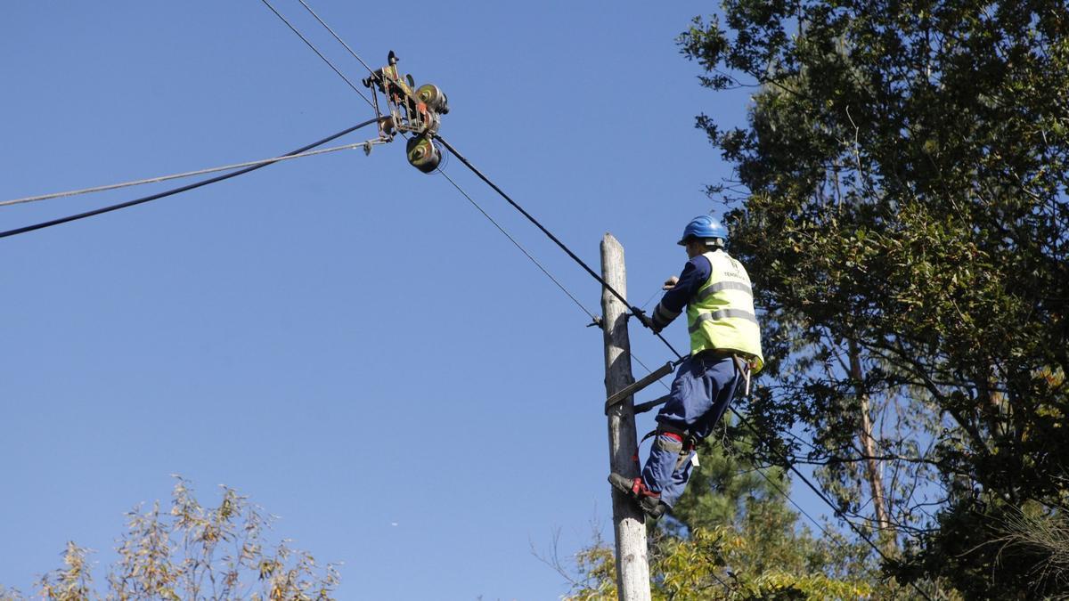 Un operario repone el cableado telefónico. / FdV