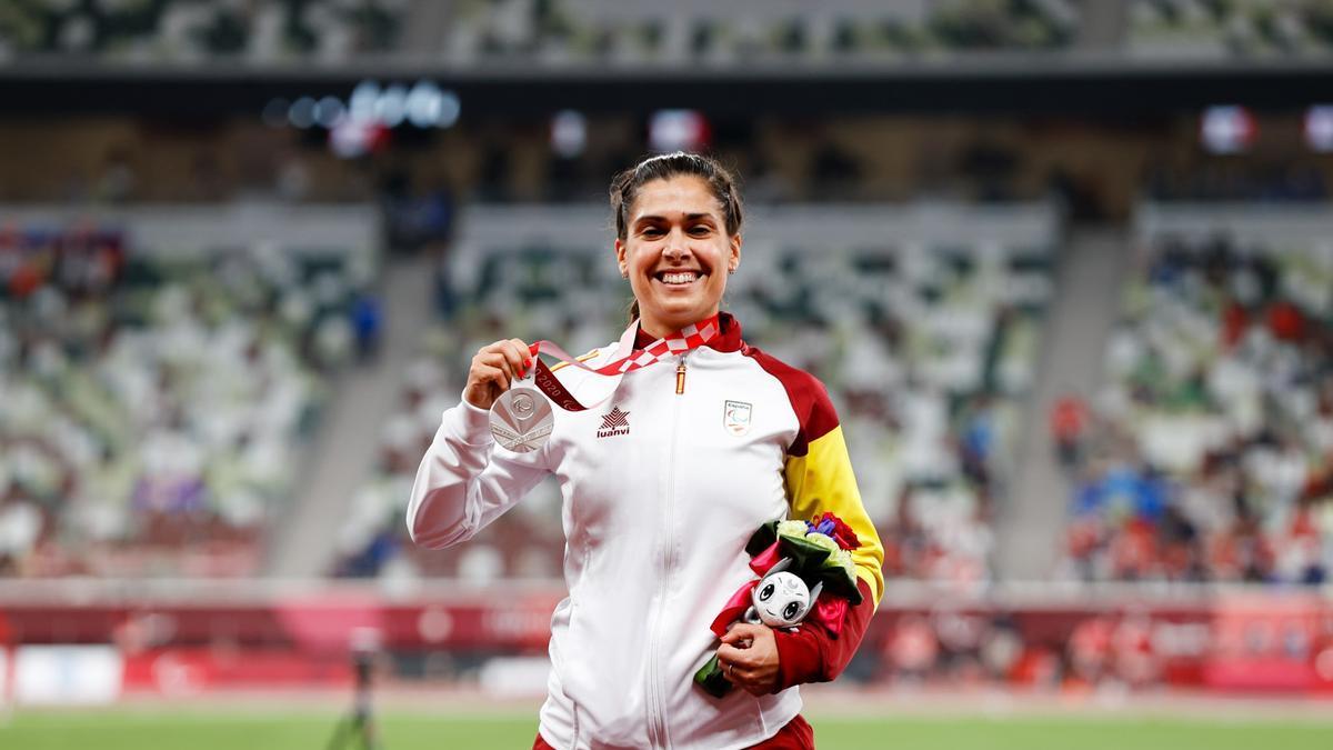 Míriam Martínez posa con la medalla de plata.