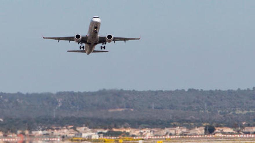 Una pasajera muere dentro de un avión en Son Sant Joan