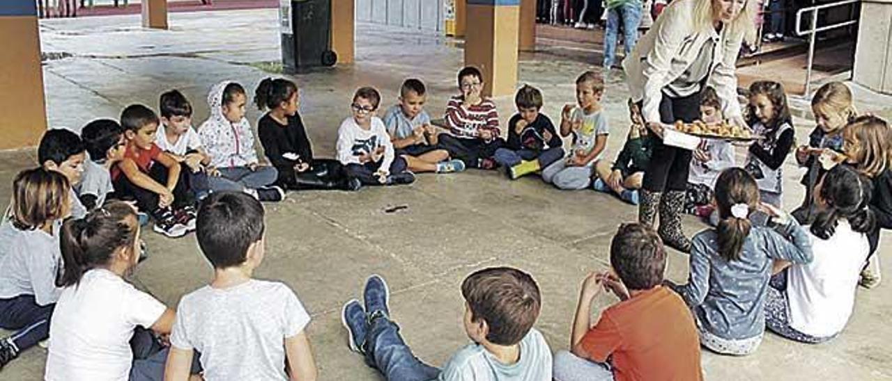 Alumnes del CEIP Jaume I de Palmanova durant la celebració de la festa.