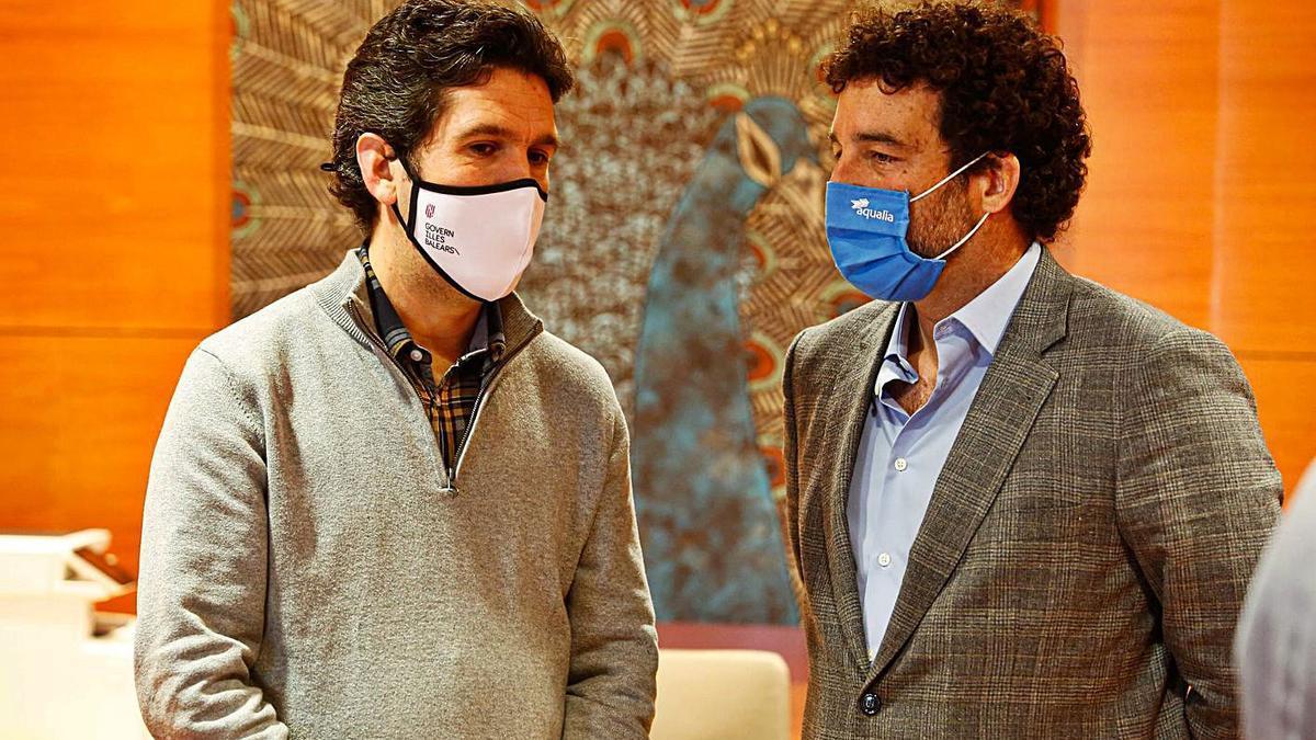 Juan Calvo y Pedro Puigdengoles charlan antes del debate del Día del Agua.  