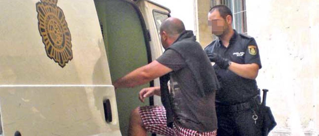 El detenido, un ciudadano búlgaro de 36 años, ayer al ser conducido a la cárcel de Palma.