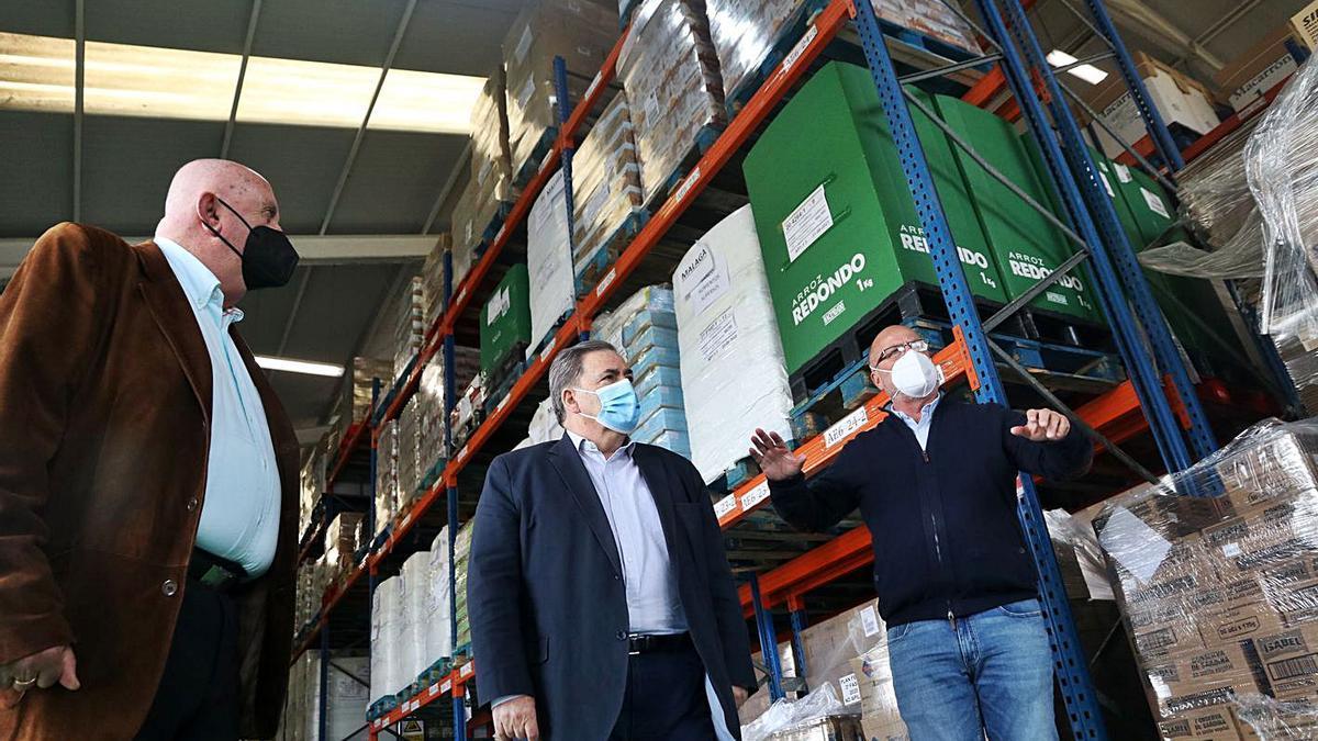 Ruiz Municio, ayer en las instalaciones de Bancosol, junto a sus responsables.