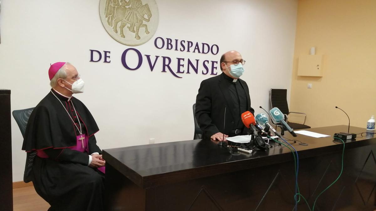 Francisco José Prieto Fernández (de pie)  junto al obispo de la Diócesis de Ourense