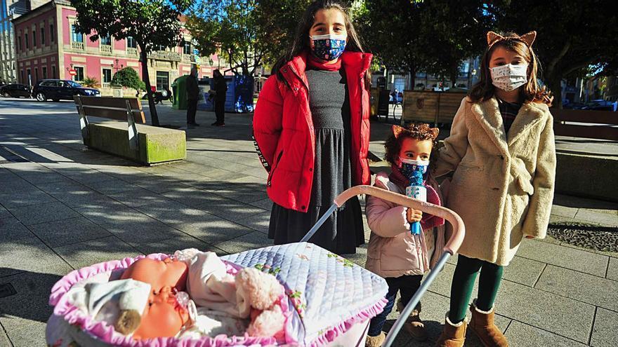 Los niños desafían al frío con ilusión por estrenar sus nuevos juguetes en la calle