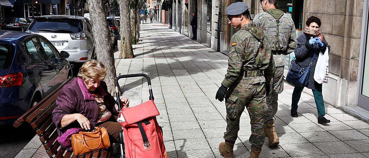 Militares patrullando la calle Cervantes de Oviedo en marzo del año pasado. | LNE