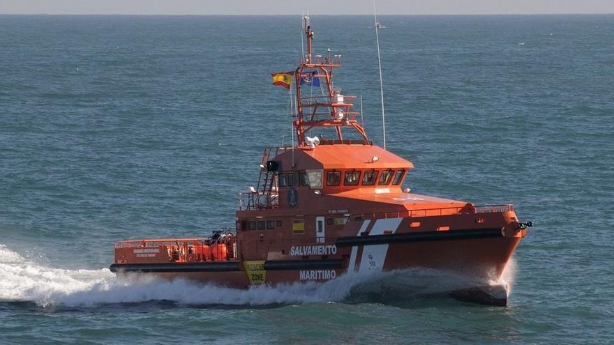 Salvamento Marítimo rescata una neumática con 46 migrantes a unas 39 millas de Fuerteventura