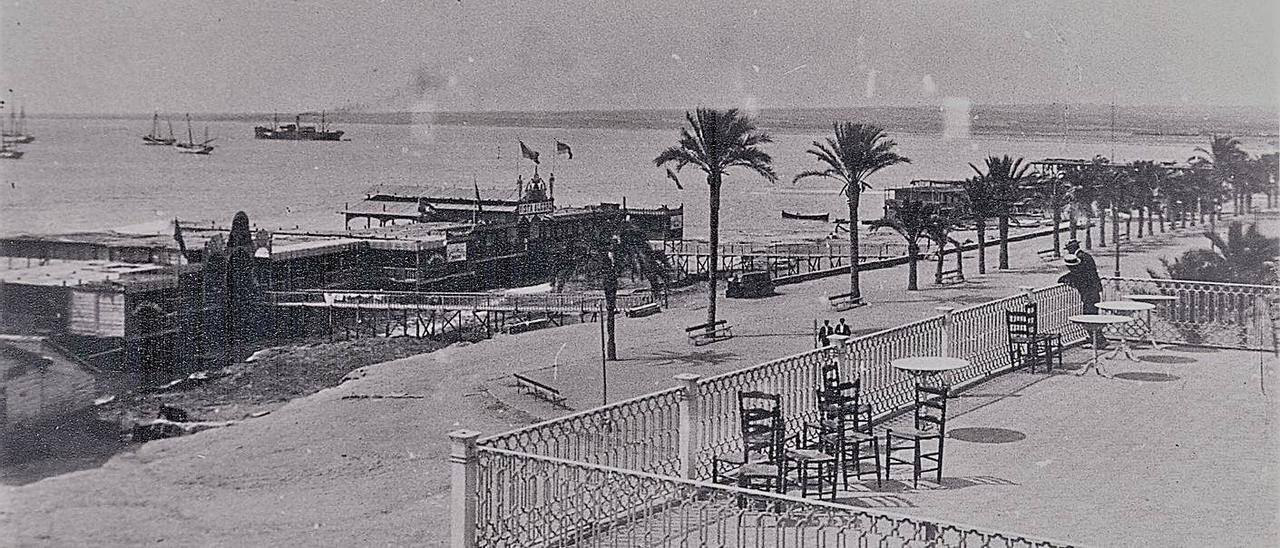 Principios del siglo XX. Vista de la terraza superior del Casino, paseo, balnearios y bahía