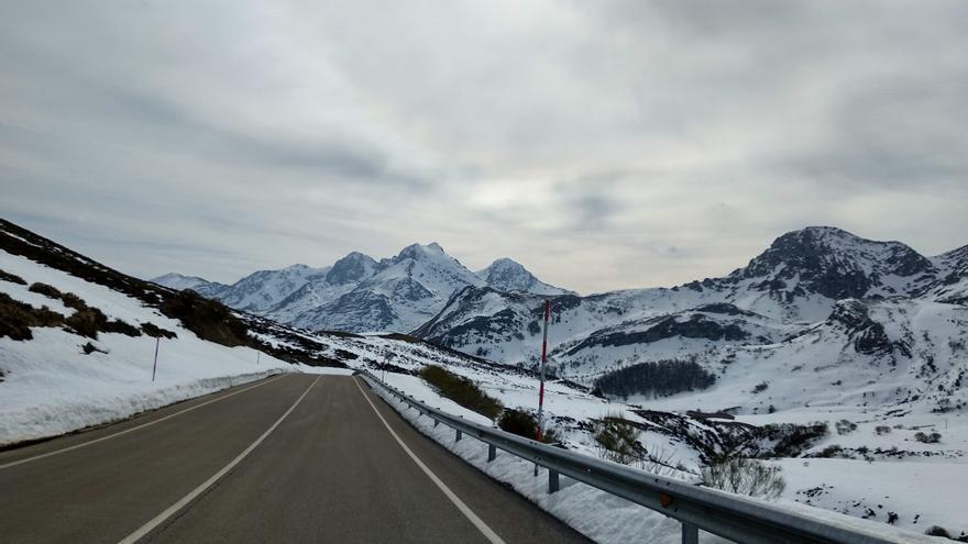 Asturias recibe el 2021 con frío, lluvia y nieve a 400 metros