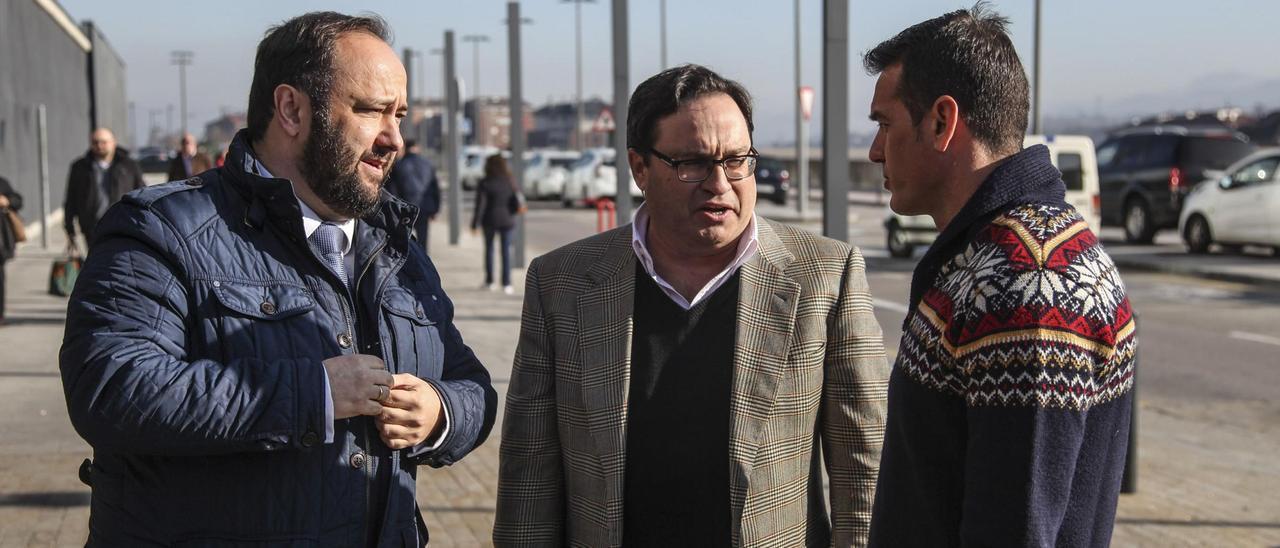 Por la izquierda, Jorge Menéndez Vallina, Javier Fernández y Esteba