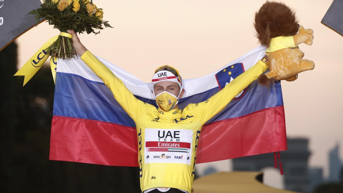 Tadej Pogacar, vencedor de la edición 2020, en el podio de París