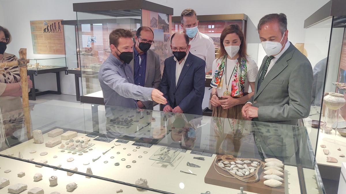 Las autoridades, durante su visita al museo histórico de Doña Mencía.