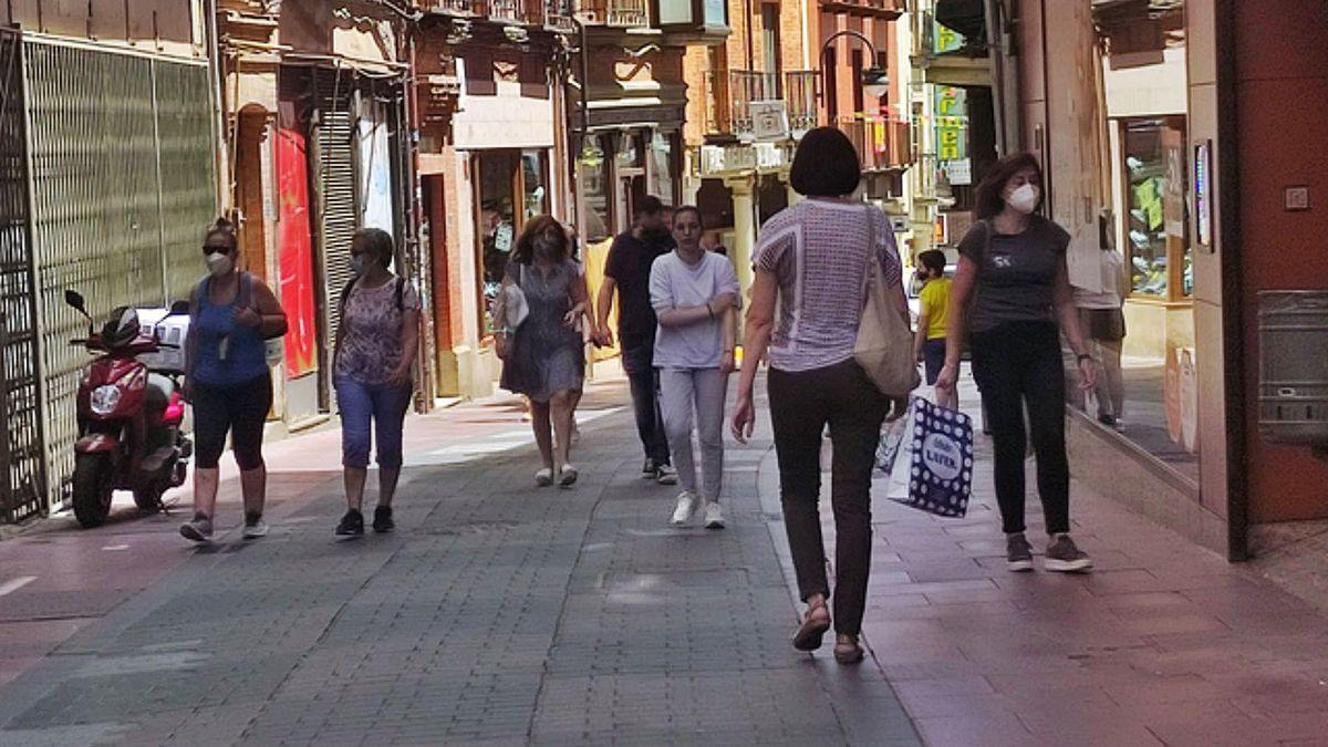 Vecinos de Benavente pasean por una céntrica calle de la ciudad.