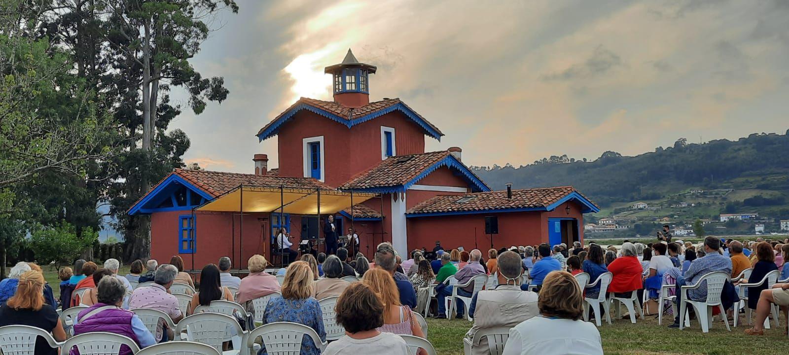 El impresionante escenario de la clausura del Festival de la Ría, en Villaviciosa