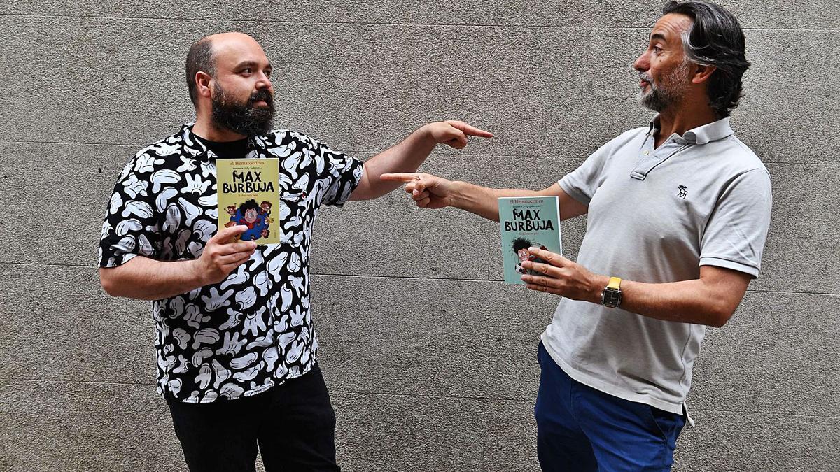 El escritor Miguel López, El Hematocrítico, y el dibujante Santy Gutiérrez, con los dos primeros libros de 'Max Burbuja'.   | // VÍCTOR ECHAVE