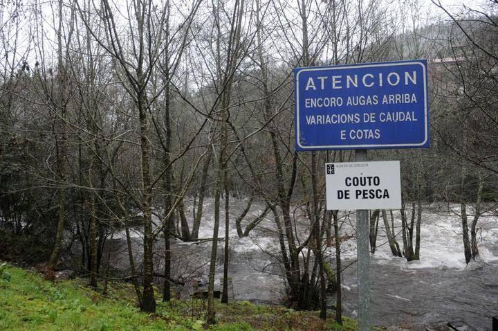 La intensa lluvia provoca la crecida del río Umia