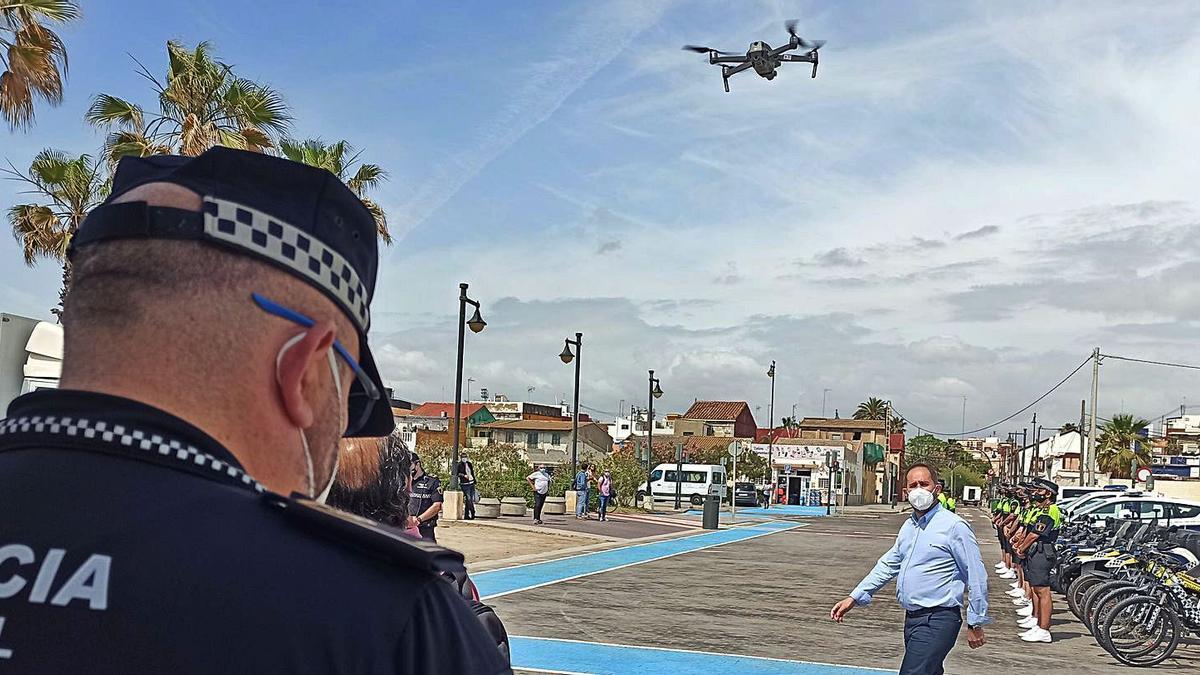 Aarón Cano pasa ante la  unidad de drones de la Policía  Local.  levante-emv