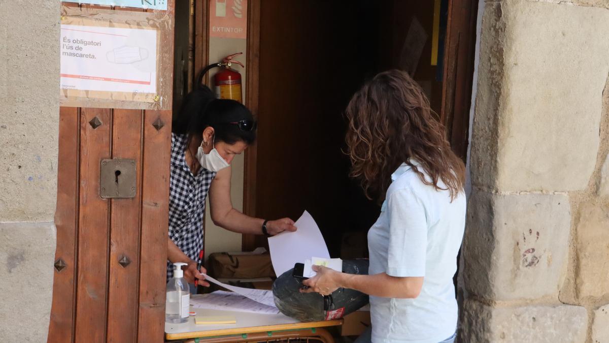 Una persona recull un paquet a l'oficina de Correus de Sant Llorenç de Morunys