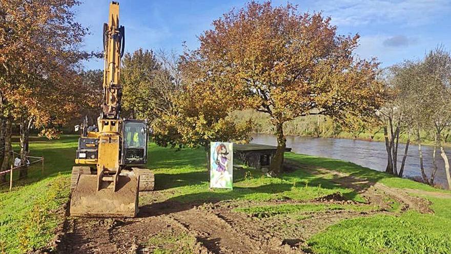 Demolición del antiguo bar del área fluvial de A Praíña