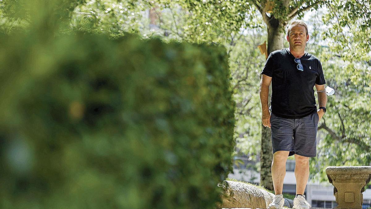 Javier Orejudo, paciente de COVID-19, de pie en un parque de Segovia.