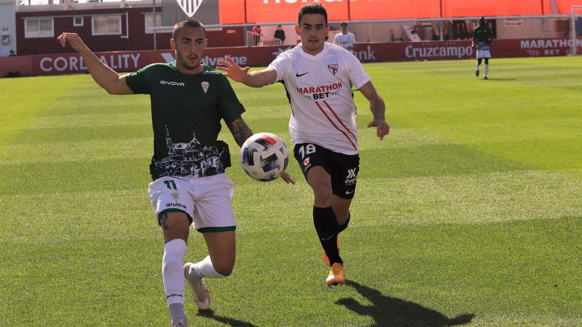 Una jugada del encuentro del Córdoba CF en el Jesús Navas, ante el Sevilla Atlético, que concluyó en derrota blanquiverde.