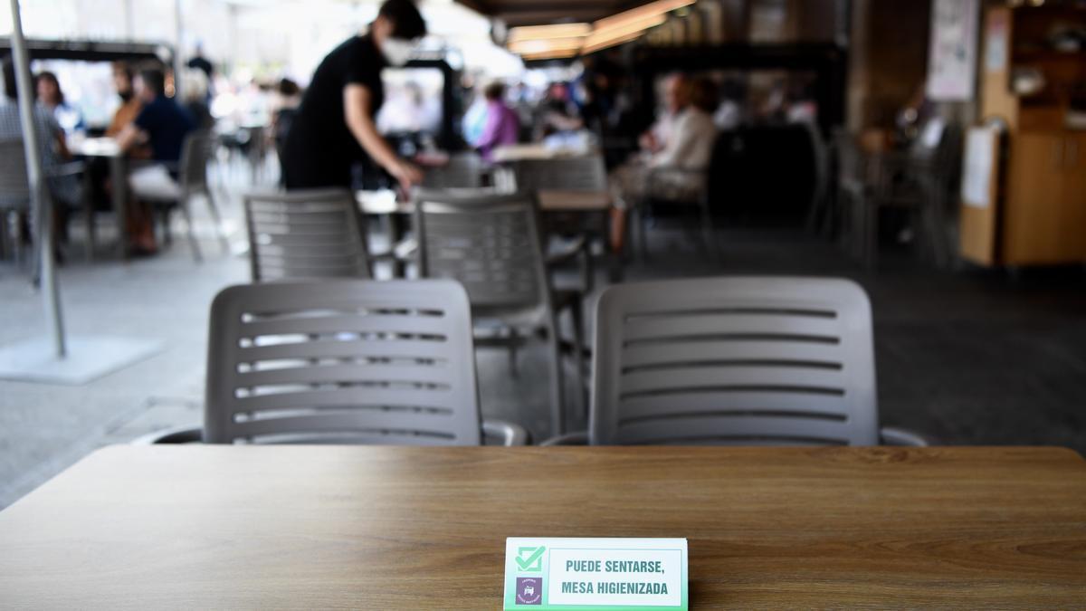 Indicaciones sanitarias en una terraza coruñesa.