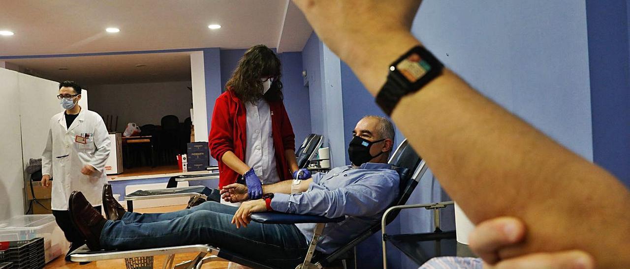 Varios donantes, ayer, participando en el maratón de extracción de sangre en el centro Tomás y Valiente. | |  M. VILLAMUZA