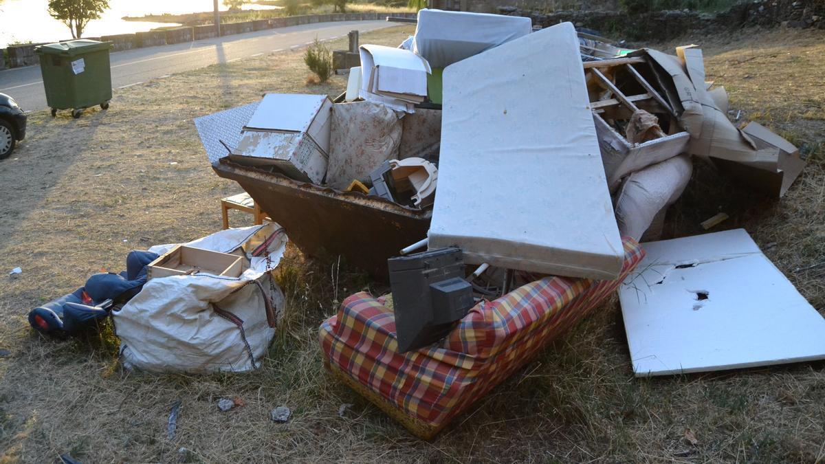 Contenedor para residuos voluminosos rebosando en Sandín.