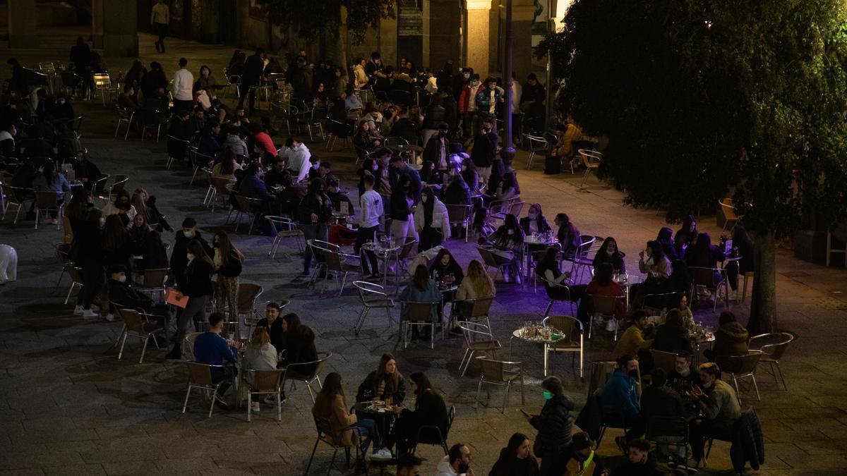 Clientes apuran en una terraza de bar las horas antes del toque de queda el fin de semana en Zamora.