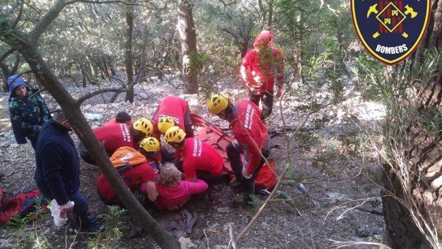 Los bomberos rescatan a una senderista herida en el Salt des Freu
