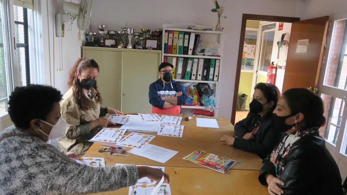 Concejalas socialistas reunidas en uno de los colegios del barrio.