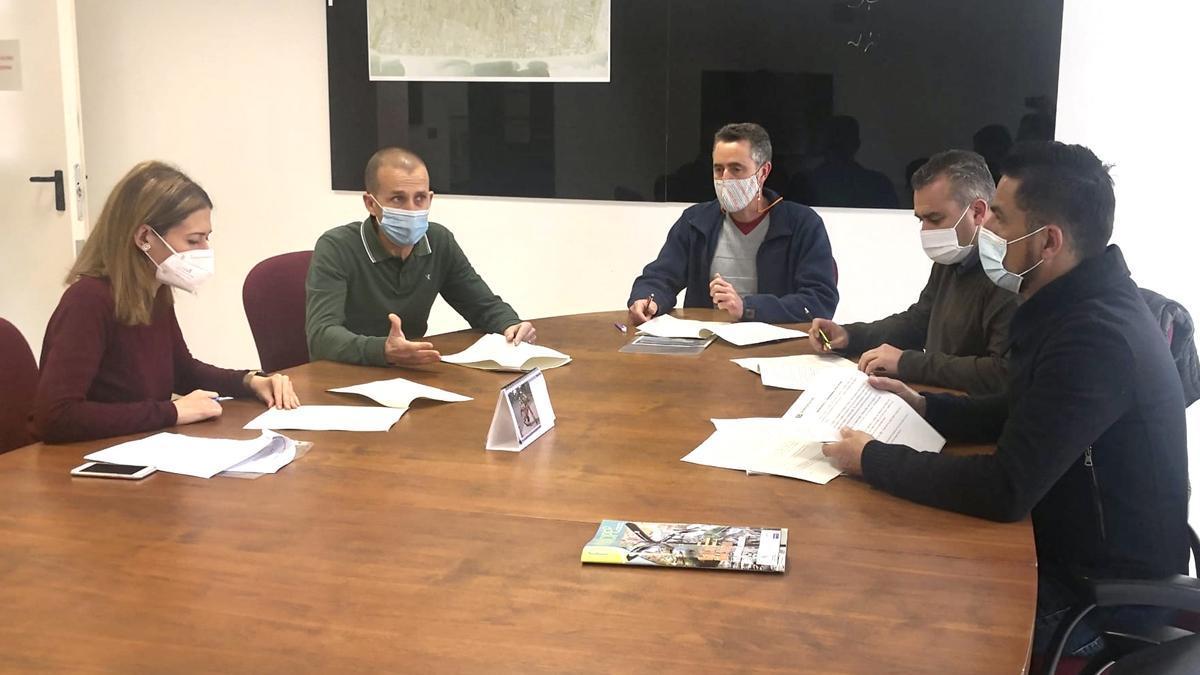 Trenco, Mollá y el técnico redactor del texto expusieron la norma a los partidos de la oposición.