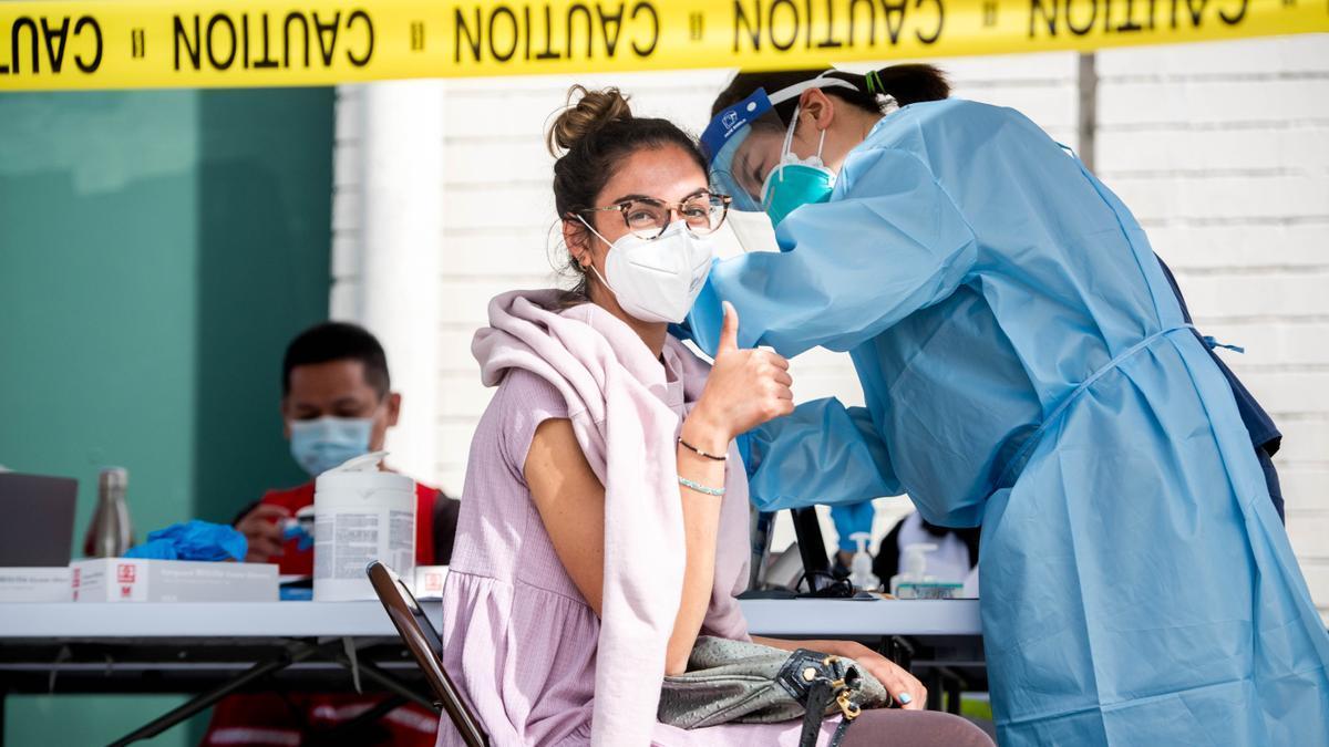 Una mujer recibe la vacuna contra el coronavirus en Los Angeles.