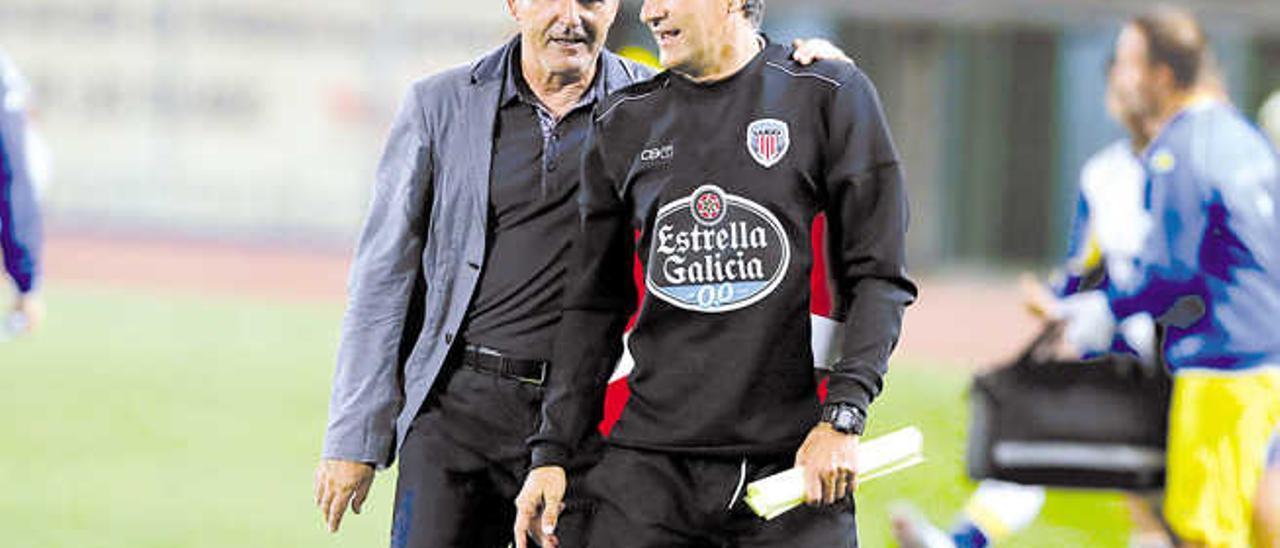 Paco Herrera y Quique Setién se saludan durante el partido de la primera vuelta entre UD y Lugo.