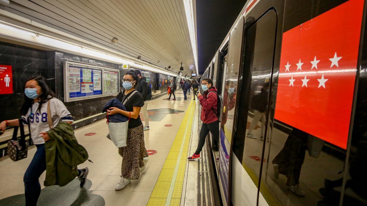 Passatgers descendint del metro de Madrid.