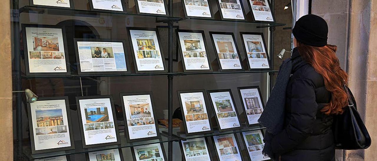 Escaparate de una inmobiliaria valenciana con los precios de las viviendas en alquiler.
