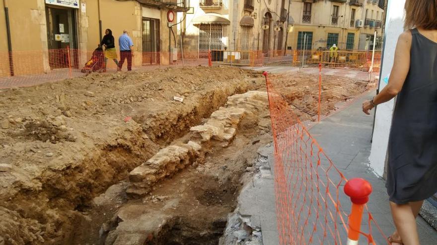 Descobreixen part de la muralla de la Bisbal al carrer Ample