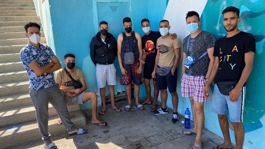 Migrantes liberados de Arguineguín ocupan locales de la playa de Las Alcaravaneras