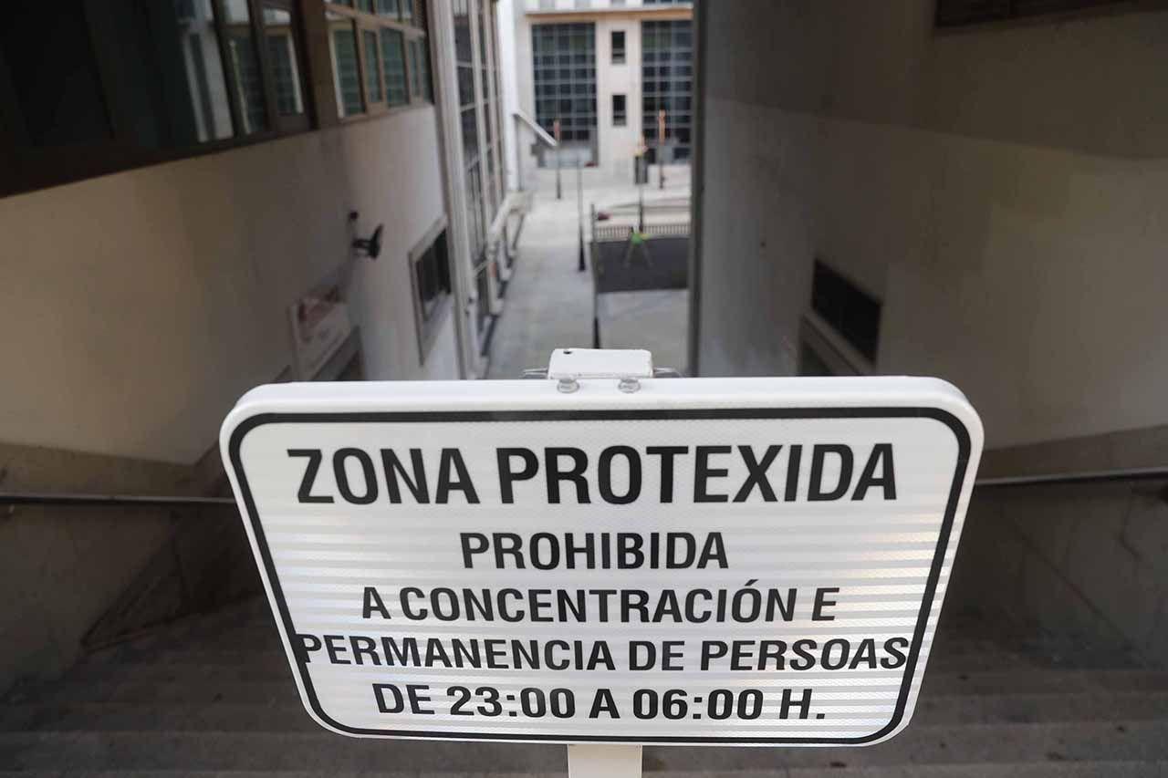 Zona precintada en Montero Ríos para prevenir el botellón Pablo Hernández (2).jpg