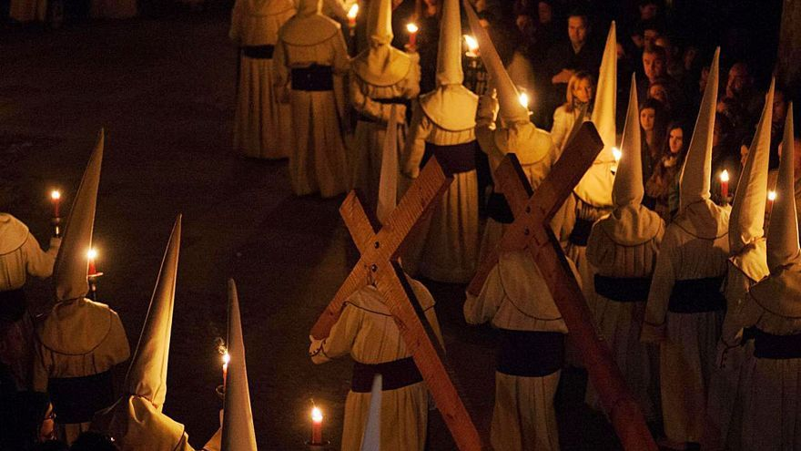 """La procesión de Jesús Yacente, el hombre y """"el calvito"""""""