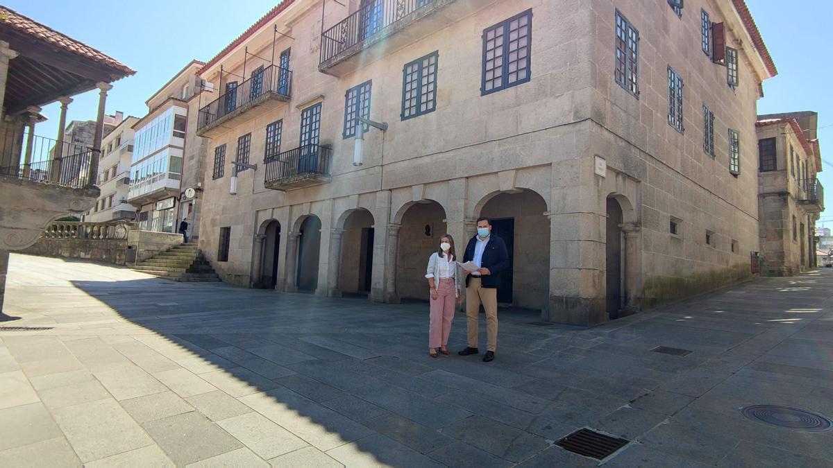 Pepa Pardo y Jorge Cubela, del PP Provincial, ante los edificios del Museo