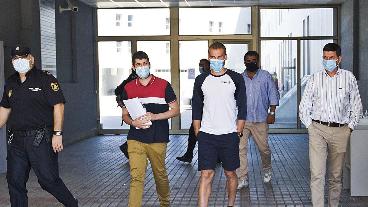 Álex Bergantiños abandona el cuartel de Lonzas tras ser detenido el pasado mes de agosto.    // CASTELEIRO
