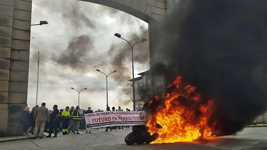 Barricada a las puertas de Navantia Ferrol para demandar carga de trabajo