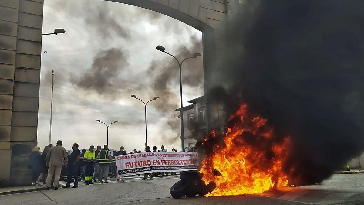 Una barricada arde ayer ante una de las puertas de Navantia Ferrol.     // EUROPA PRESS