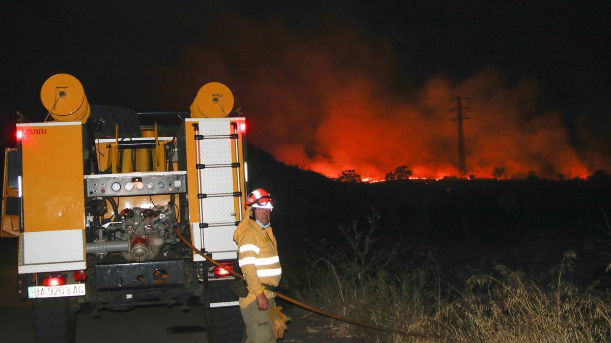 Equipo del Infoex apoya la extinción del incendio del Junquillo en la madrugada de este viernes.