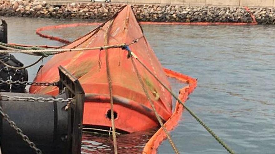 El barco interceptado con droga en Ribadeo, a punto de hundirse en El Musel
